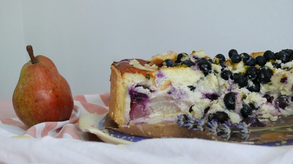 birne-blaubeer-cheesecake-rezept-aufgeschnitten
